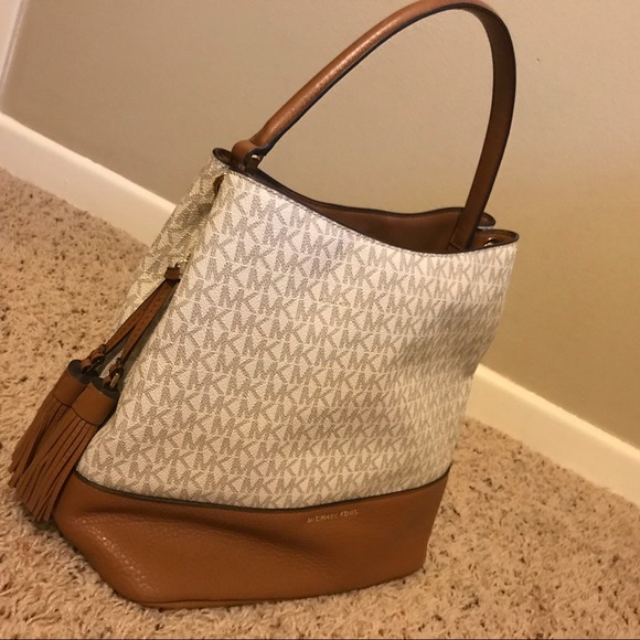 0e3bf3dc66c3 Michael Kors Signature Kip Large Bucket Bag. M_5b68e8c6b6a94259596b8514